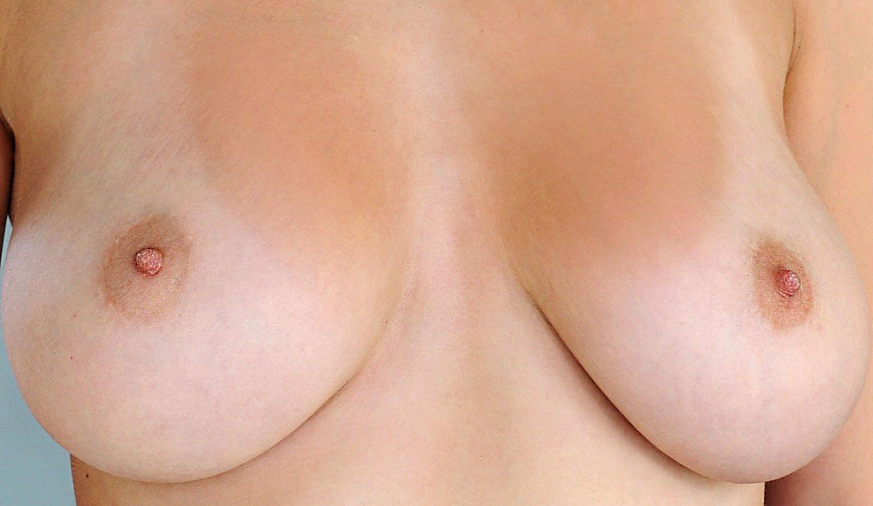 Das kleine Mädchen mit groß die Brust